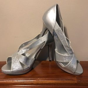 Shoes - Beautiful silver shimmer strapy stilettos 👠